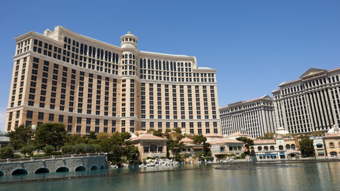 MGM Resorts announced the closure of all casinos in USA after a man who worked in New York died of Coronavirus.